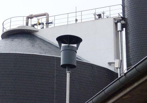 Einsatzbeispiel mit Haube: UGN-Aufsatzfilter, Schadstoff- und Geruchsfilter zum Aufsetzen auf Belüftungskamine, Entlüftungskamine, Brunnenabdeckungen, Tanks