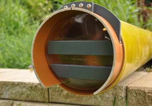 Geruchs- und Emissionsblocker, freischwingende, aufschwimmende Gasaustrittssperre gegen Geruchsbelästigung für den Einbau in waagerecht oder senkrecht geführte Rohrleitungen