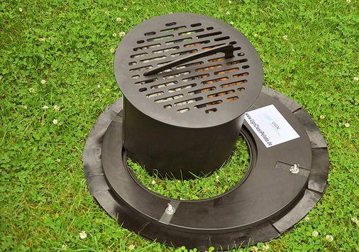 UGN-Kanalschachtfilter mit Grundplatte und Filterpatrone, für den Einbau im Deckel eines Kanalschachtes, um lästigen Geruch zu vermeiden und korrosiven Schäden im Kanalsystem vorzubeugen
