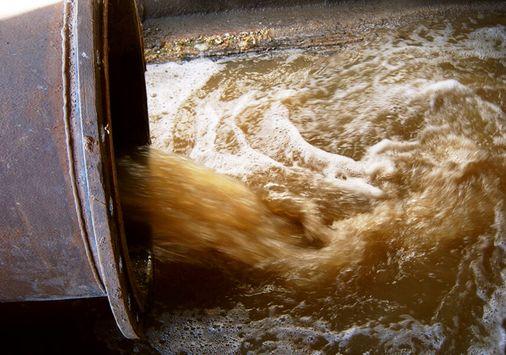 Einsatzbeispiel: Konvektionsschleier, freischwingende, aufschwimmende Gasaustrittssperre gegen Geruchsbelästigung für den Einbau in waagerecht geführte Rohrleitungen